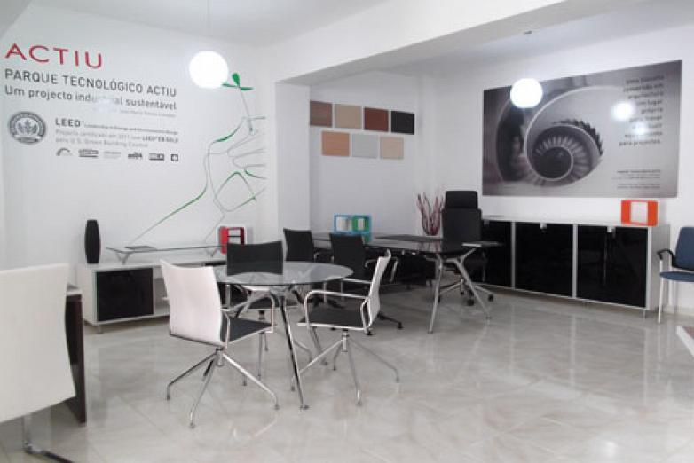 actiu manufactures all its products in its technology park enabling it to adapt itself easily to the needs of each customer project country and culture avant actiu furniture bench