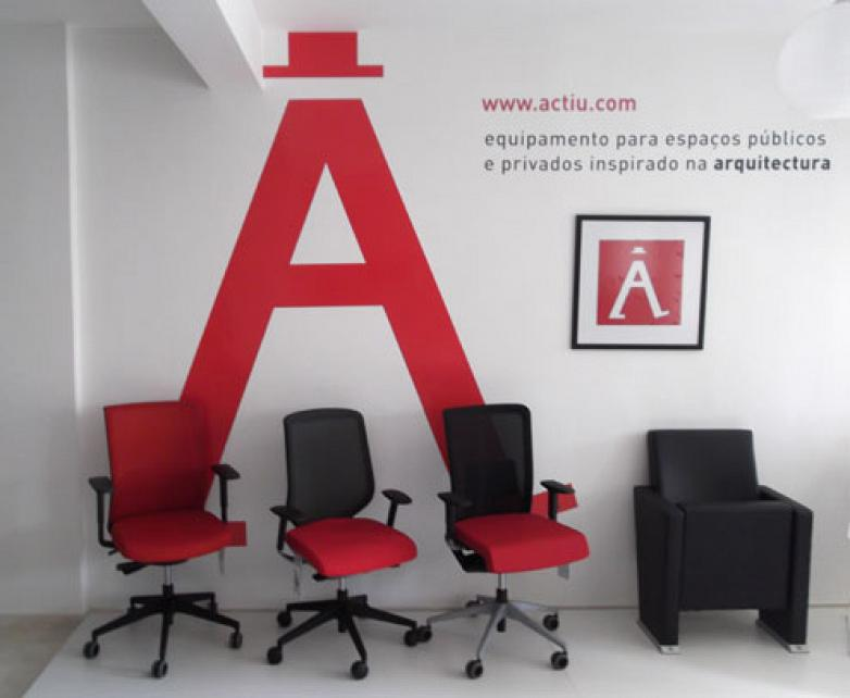 the showroom in praia occupies a light area of 120 squared metres in the city of the town there they have exhibited the latest actiu developments in avant actiu furniture bench
